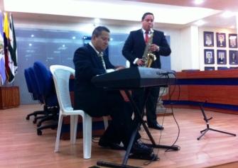 Harry Delgado en el piano y su hijo Harry Delgado en el saxo. Música para el Criollismo mágico