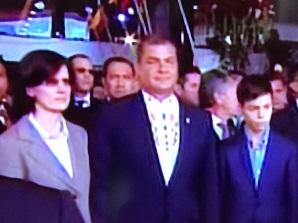 Ciudadano Rafael Correa, ex presidente del Ecuador, esposa e hijo. Quito, 24 de mayo
