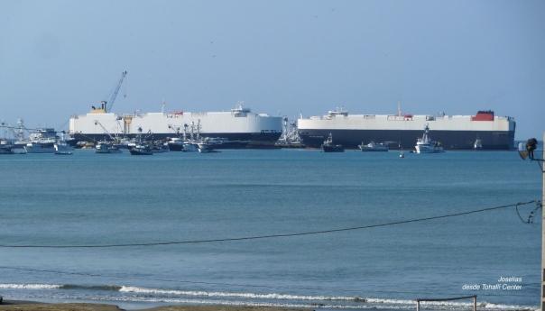 13 Dos cargueros en la terminal portuaria de Manta