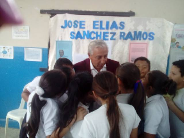 14 Jose Elías Con los niños.